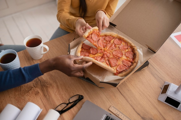 Коллеги по работе обедают крупным планом