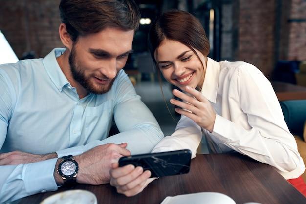 職場の同僚とレストランのコミュニケーションライフスタイル