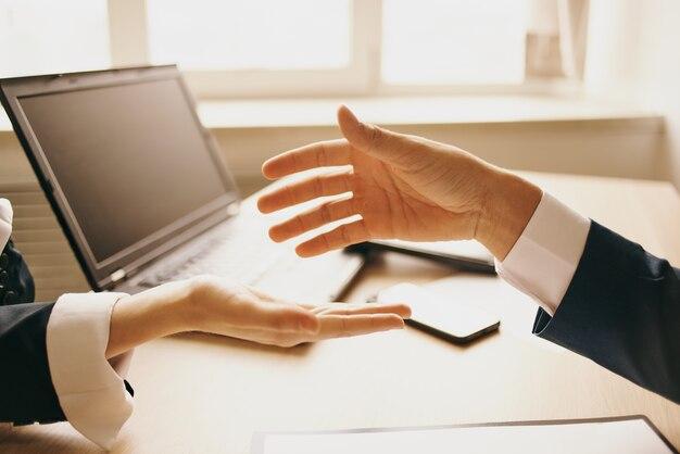 직장에서 성공적인 거래를 원하는 동료는 계약 체결을 원합니다.