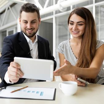 Colleghi in una riunione di lavoro insieme