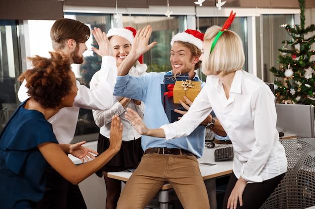 주는 선물을 미소 사무실에서 크리스마스 파티를 축 하하는 동료.