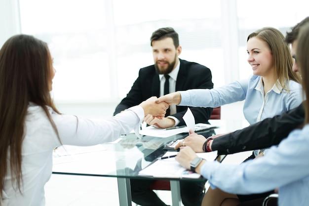 握手で仕事を確認する同僚