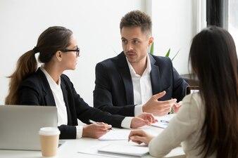 同僚のオフィスでの事業戦略を議論