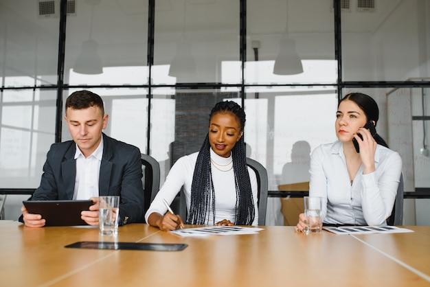 オフィスでアイデアを議論する同僚