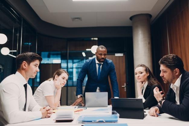 Коллеги, разнообразная команда, офис, встреча, деловые люди, мужчины и женщины, групповая конференция, обсуждение
