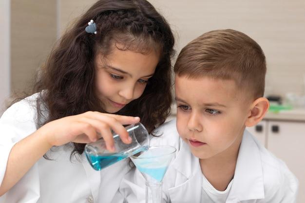 Colleghi che fanno un esperimento chimico a scuola