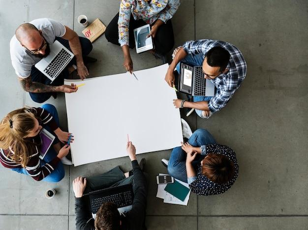 Коллеги генерируют идеи вместе в кругу