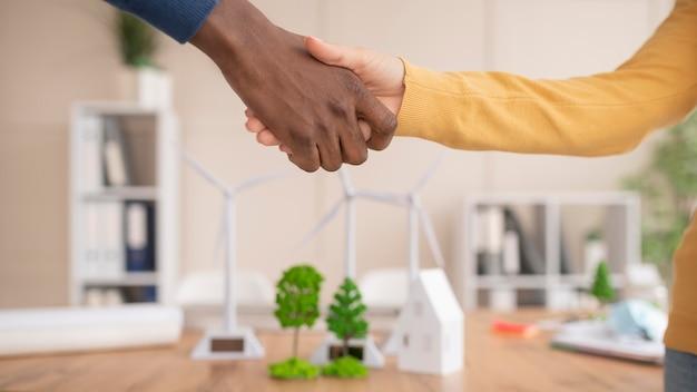 同僚の握手がクローズアップ