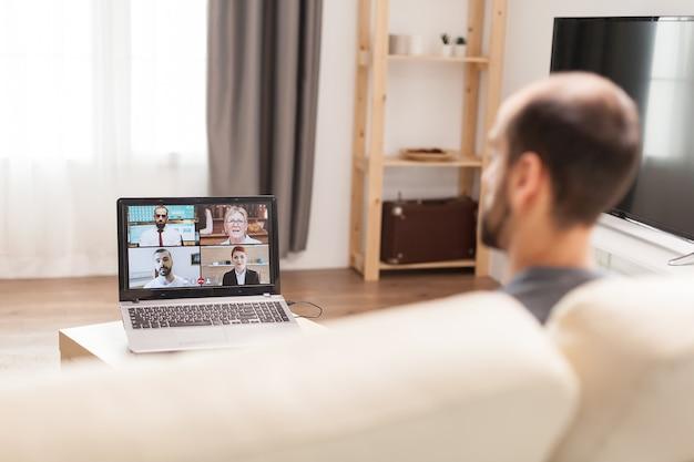 격리 기간 동안 집에서 일하는 동안 화상 회의를 하는 동료들.