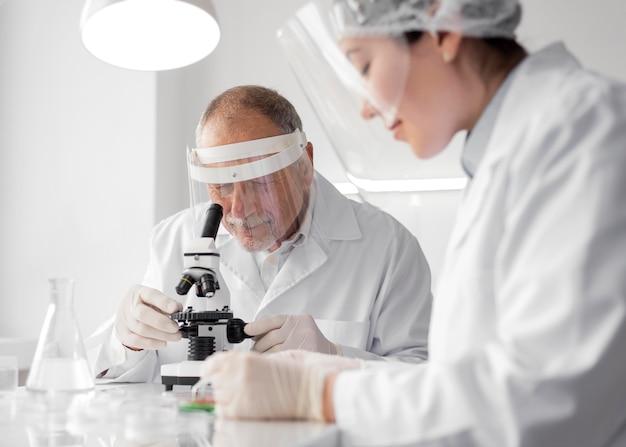실험실에서 실험을하는 동료