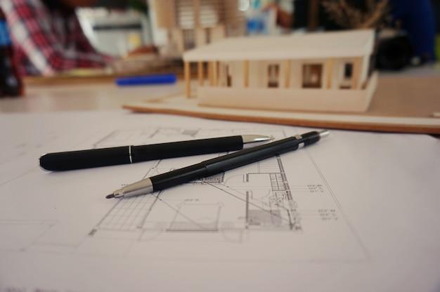 Коллеги дизайнера интерьера корпоративные достижения планирование дизайна на план концепция совместной работы с компасами.