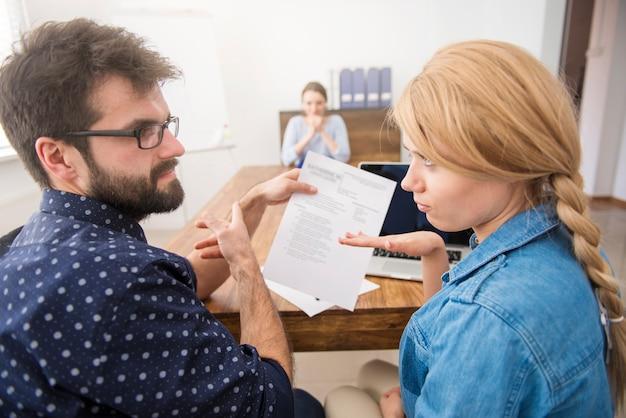새로운 후보를 인터뷰하는 동료. 면접 개념