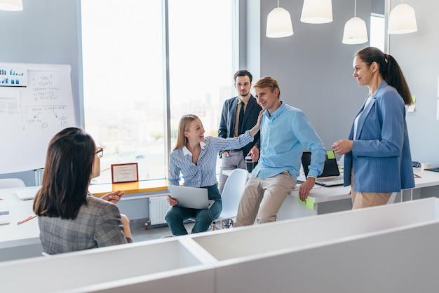 동료들은 사무실에서 함께 비즈니스 문제에 대해 활발하게 토론합니다.