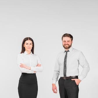 Коллеги мужского и женского пола стоят вместе