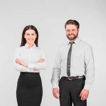 同僚の男と女が一緒に立っています。