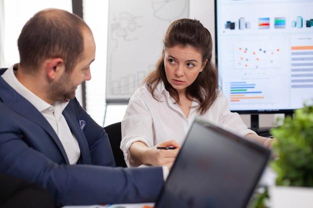 ドキュメントを見て話し合うスタートアップ企業の同僚
