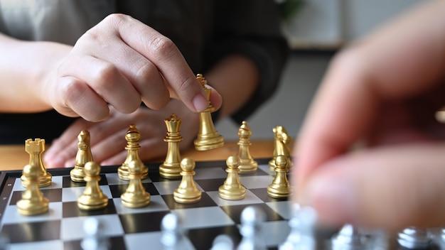 체스를 재생하는 동료
