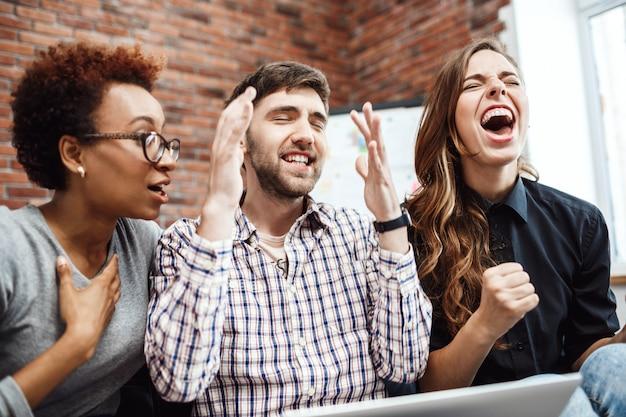 Коллеги радуются своей работе на деловой встрече.