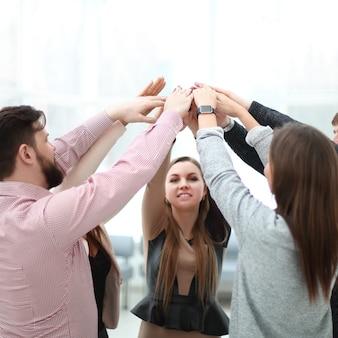 사무실 인테리어에서 팀 작업을 보여주는 동료. 팀워크의 개념