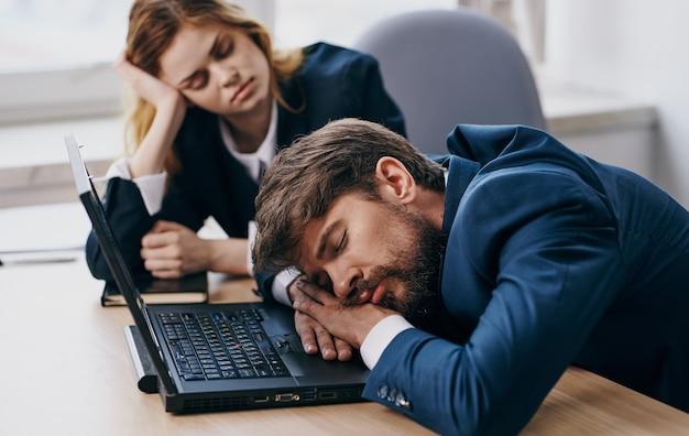 노트북 통신 기술을 사용하여 책상에 앉아 있는 동료