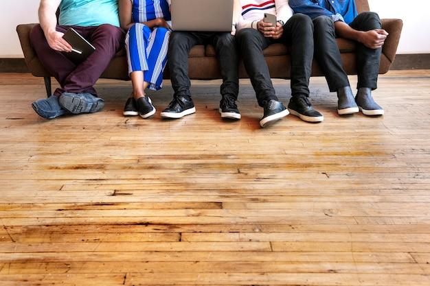 디지털 기기를 사용하여 일렬로 앉아 있는 동료