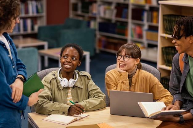 大学図書館で勉強している同僚