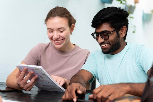 Коллеги вместе учатся на экзамене