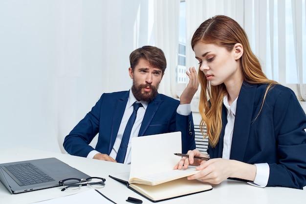 노트북 기술을 사용하여 사무실에서 동료 팀워크