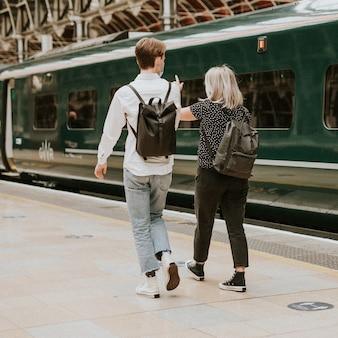 기차 플랫폼에서 함께 여행하는 동료