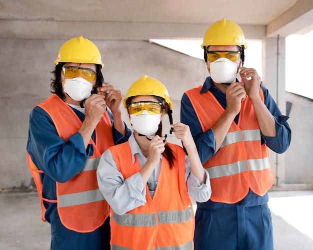 Коллеги с работающим оборудованием безопасности