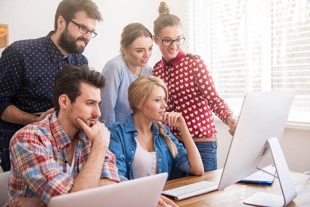 Colleghi che lavorano in ufficio in un'atmosfera rilassata