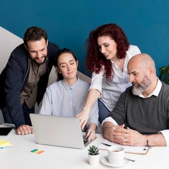 Коллеги работают над проектом вместе