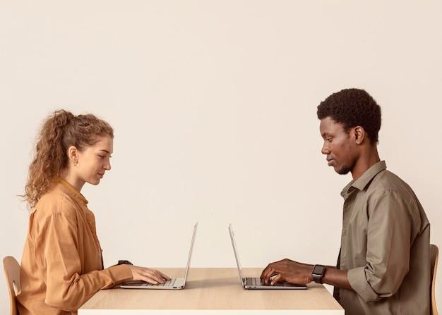 Colleghi che lavorano sui loro laptop
