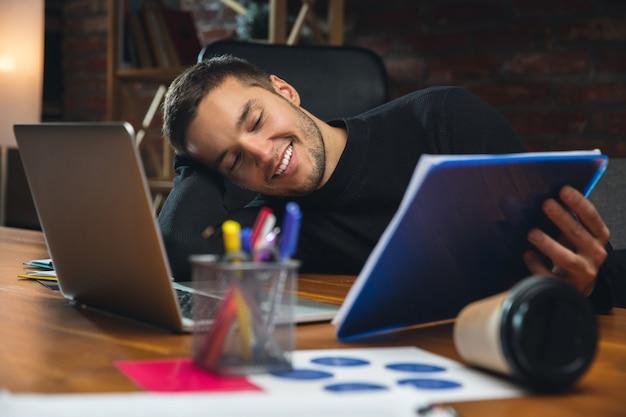 창의적인 회의 중에 장치와 가제트를 사용하여 현대 사무실에서 함께 일하는 동료