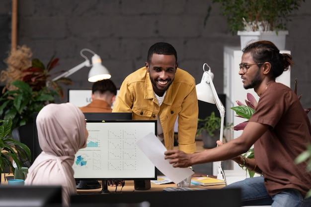 Коллеги работают вместе средний план
