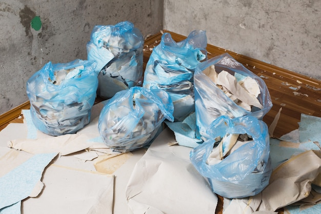 Collect garbage in the garbage bag, put things in order. do makeovers.