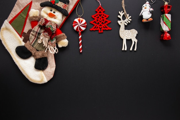 Accumulazione degli ornamenti di natale su priorità bassa nera