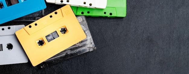 복사 공간이 있는 다채로운 복고풍 모의 카세트 테이프 컬렉션