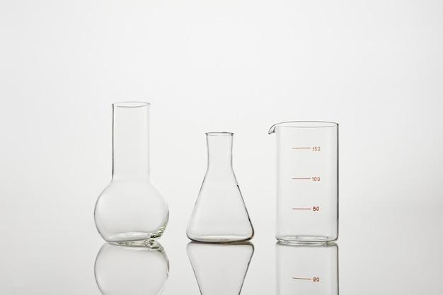 흰색 바탕에 실험실에서 화학 유리의 컬렉션입니다. 실험용 테스트 튜브 및 실험실 유리 제품.