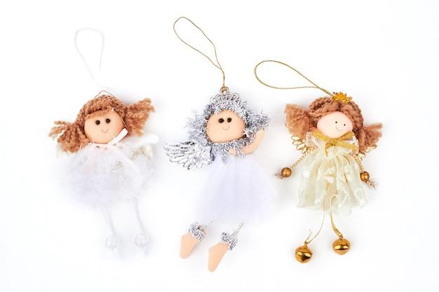 Коллекция фигурок рождественских ангелов.