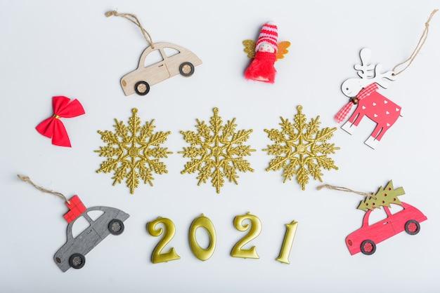 テンプレートレイアウトデザインの白い背景の上のクリスマスの装飾のコレクション。上からの眺め。フラットレイ