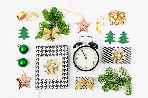 クリスマスオブジェクトのコレクション。クリスマスの冬の装飾、目覚まし時計と白い背景の上のギフトと文房具。休日とお祝いの創造的なコンセプト。フラットレイ、上面図