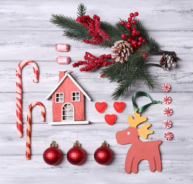 色の木の表面のクリスマスオブジェクトのコレクション