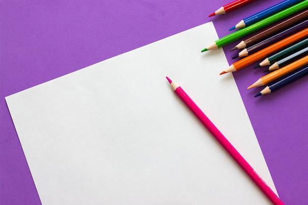 色鉛筆と白い紙の上面図とコピースペースのコレクション。