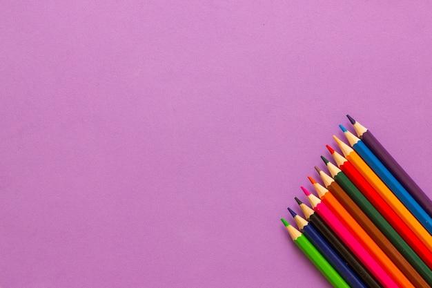 Коллекция цветных карандашей копирует пространство. обратно в школу