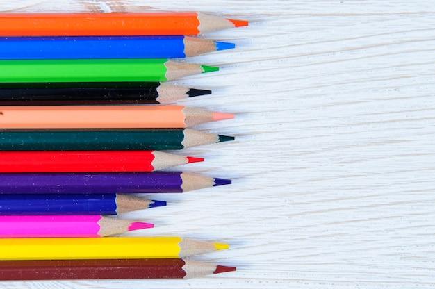 흰색 바탕에 색연필의 컬렉션입니다.