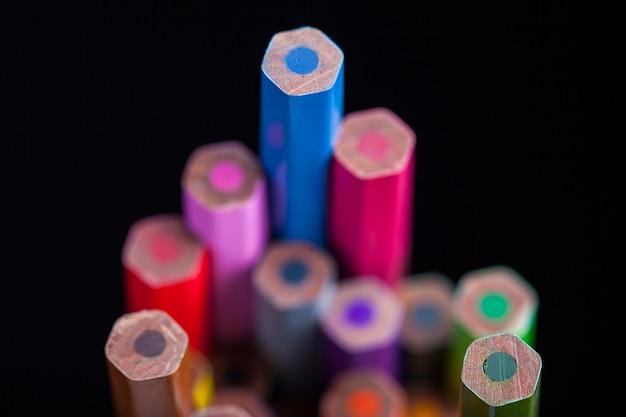Коллекция цветных карандашей