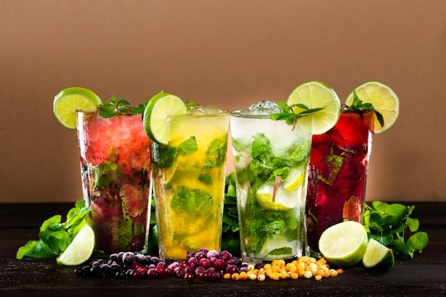 Коллекция красочных тропических коктейлей
