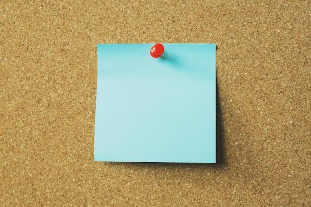 Коллекция красочного разнообразия разместите его. бумажная заметка, напоминание, булавка для заметок на пробковой доске объявлений.