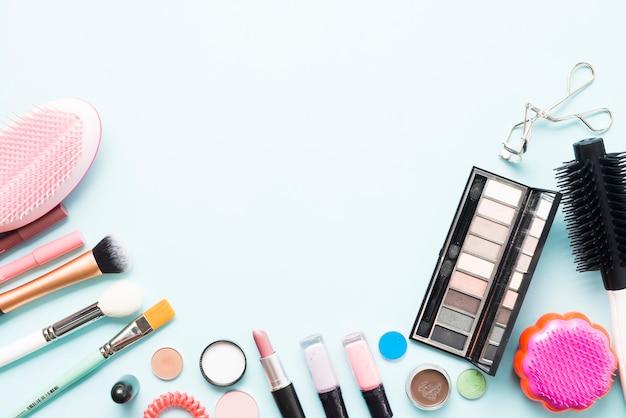 櫛と化粧品のコレクション